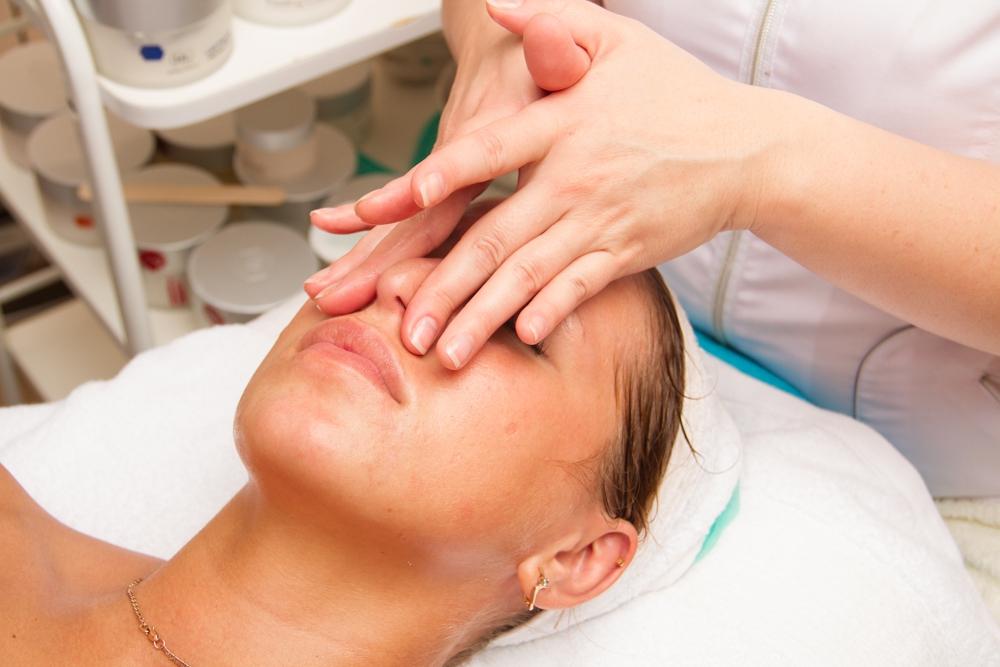 Некоторые техники ручного массажа для лица направлены на повышение тонуса кожи и мышц, способствуя формированию мышечного «каркаса» подтянутого лица, обладая лифтинговым эффектом.